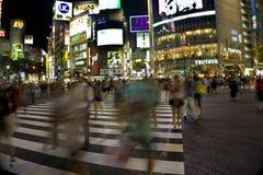 Япония, токио, взгляд ночи пересечения дорог с пешеходным переходом Стоковые Изображения RF