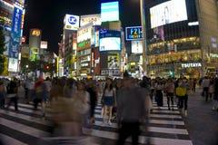 Япония, токио, взгляд ночи пересечения дорог с пешеходным переходом Стоковое Фото