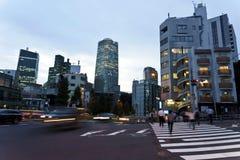 Япония, токио, взгляд ночи пересечения дорог с пешеходным переходом Стоковое фото RF