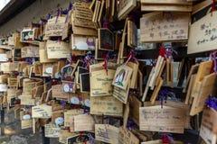Япония, Токио 04/04/2017 Деревянные знаки с желаниями в японском парке стоковое фото