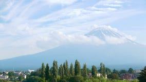 Япония Mt Гора Fujiyama, деревья и голубое небо с славными облаками Стоковая Фотография RF