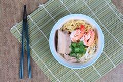 Японская лапша покрыла прожилковидн свинина и креветка в супе и палочках Стоковое Фото
