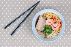 Японская лапша покрыла прожилковидн свинина, креветка в супе косточки Стоковые Фотографии RF