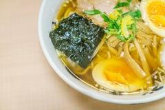 Японская лапша рамэнов на таблице Стоковое Изображение