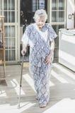 Японская бабушка выходца идя с помощью идя s Стоковая Фотография