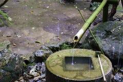 Японская бамбуковая характеристика фонтана стоковое фото rf