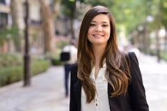 Японская бизнес-леди в городской предпосылке Стоковые Изображения
