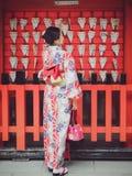Японская девушка с счастьем кимоно на святыне Fushimi Inari Стоковые Изображения