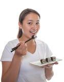 Японская девушка есть суши Стоковые Фотографии RF