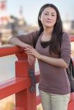 Японская девушка на мосте Стоковые Изображения