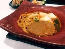 Японская еда с свининой и лапшой гамбургера на плите Стоковые Фото
