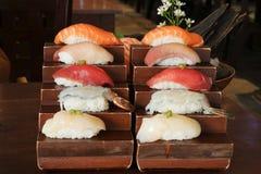 Японская еда - суши, рис на верхней части с сырыми рыбами стоковые фотографии rf