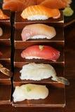 Японская еда - суши, рис на верхней части с сырыми рыбами стоковая фотография