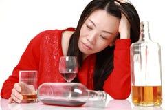 Японская женщина в депрессии выпивает спирт Стоковое Изображение RF