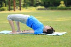 Японская женщина делая представление моста йоги Стоковое фото RF