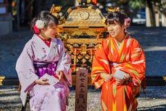 Японская женщина с платьями кимоно стоковые фото