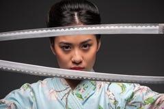Японская женщина с 2 katanas стоковое изображение