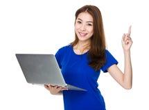 Японская женщина указывая сторона с ПК стоковые изображения