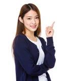 Японская женщина указывая сторона стоковое изображение