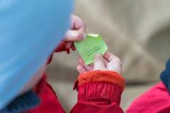 Японская камелия с красным мальчиком flowerLittle нарисовала пробел серией - немецкими словами: Новый билет - новое везение! стоковые фотографии rf