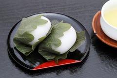 Японская кондитерская, Kashiwa Mochi сладкое стоковая фотография