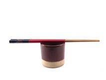 Японская коричневая чашка и палочки изолированные на белой предпосылке стоковое фото rf