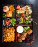 Японская кухня коробка для завтрака установленная на предпосылку стоковое изображение