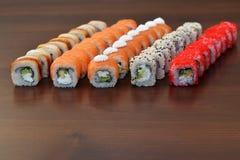 Японская кухня - суши стиля ресторанного обслуживании шведского стола установите в ресторан - salmon суши Maki и суши Nigiri Стоковые Изображения