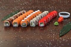 Японская кухня - суши стиля ресторанного обслуживании шведского стола установите в ресторан - salmon суши Maki и суши Nigiri Стоковые Изображения RF