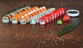 Японская кухня - суши стиля ресторанного обслуживании шведского стола установите в ресторан - salmon суши Maki и суши Nigiri Стоковые Фото