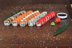 Японская кухня - суши стиля ресторанного обслуживании шведского стола установите в ресторан - salmon суши Maki и суши Nigiri Стоковое Фото