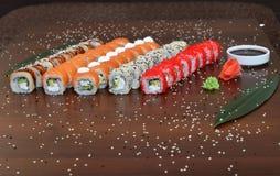 Японская кухня - суши стиля ресторанного обслуживании шведского стола установите в ресторан - salmon суши Maki и суши Nigiri Стоковая Фотография RF
