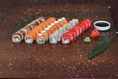 Японская кухня - суши стиля ресторанного обслуживании шведского стола установите в ресторан - salmon суши Maki и суши Nigiri Стоковые Фотографии RF