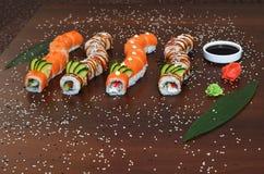 Японская кухня - суши стиля ресторанного обслуживании шведского стола установите в ресторан - salmon суши Maki и суши Nigiri Стоковая Фотография