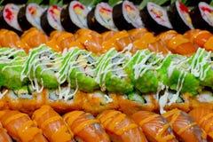 Японская кухня - суши стиля ресторанного обслуживании шведского стола установили в ресторан Стоковые Изображения