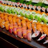 Японская кухня - суши стиля ресторанного обслуживании шведского стола установили в ресторан Стоковая Фотография RF