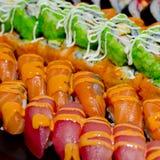 Японская кухня - суши стиля ресторанного обслуживании шведского стола установили в ресторан Стоковое Изображение