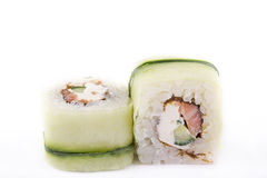 Японская кухня, установленные суши: сверните с семгами, плавленым сыром, огурцом на белой предпосылке Стоковое фото RF