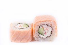 Японская кухня, установленные суши: семги свертывают с мясом сыра, огурца и краба на белой предпосылке Стоковое Изображение RF