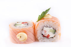 Японская кухня, установленные суши: семги свертывают с огурцом, перцем и сыром на белой предпосылке Стоковое Фото