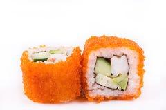 Японская кухня, установленные суши: суши и крены суш в икре с огурцом, креветкой, авокадоом и омлетом на белой предпосылке Стоковые Фото