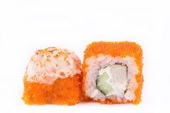 Японская кухня, установленные суши: суши и крены суш в икре с огурцом, сыром и омлетом на белой предпосылке Стоковое Изображение