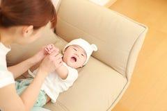 Японская мама и ее младенец Стоковые Фотографии RF