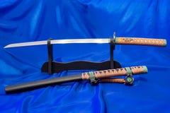 японская шпага katana Оружие самурая Потрясающее оружие в руках мастера боевых искусств Стоковое фото RF