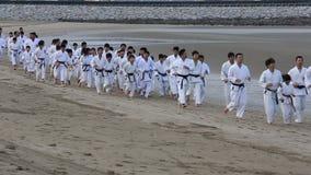 Японские боевые искусства карате тренируя на пляже сток-видео