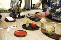 Японские женщины делая chanoyu sado или японскую церемонию чая, также вызванными путем Стоковые Фото