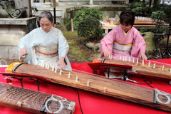 Японские женщины играя традиционную аппаратуру Стоковое фото RF