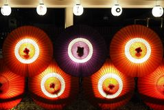 Японские зонтики enlighted вечером стоковое фото rf