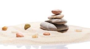 Японские камни сада и моря камня Дзэн на песке пляжа Стоковое Изображение