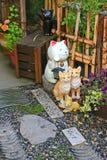 Японские керамические коты по мере того как удачливый шарм для того чтобы украсить Дзэн ввел в моду стоковая фотография
